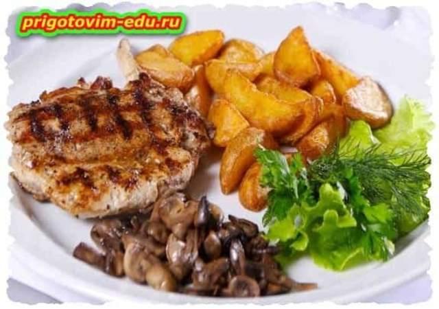 Свинина в кляре с грибным соусом и овощами