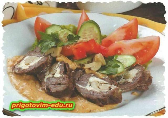 Рулет из говядины с грибами и сыром
