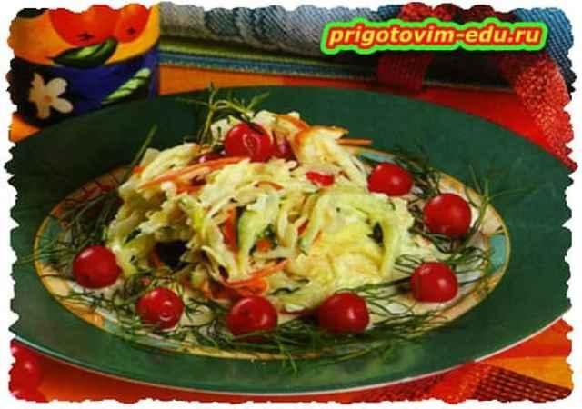 Салат из капусты с огурцом и вишней
