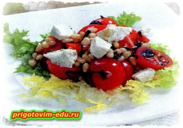 Салат с черри и кедровыми орешками