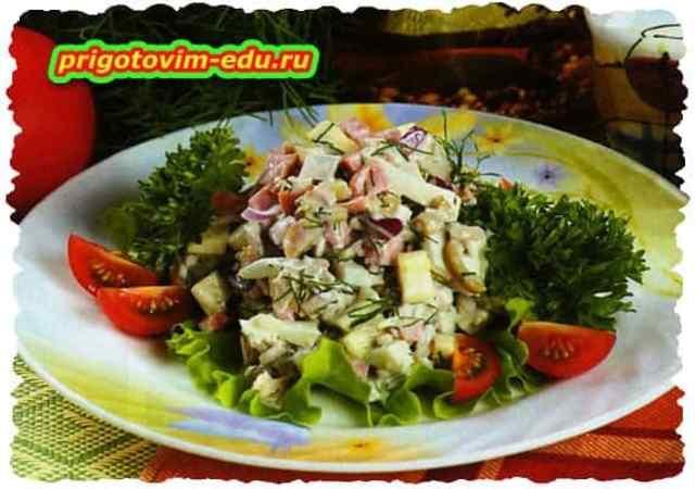 Салат с окорочками и ветчиной