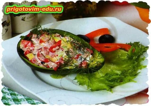 Авокадо с овощами и ветчиной