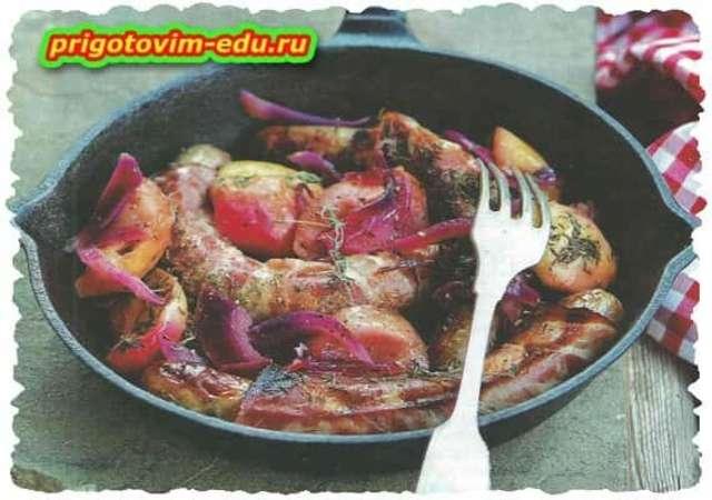 Колбаски, жаренные с яблоками