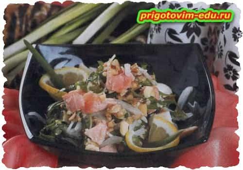 Салат из листьев одуванчика и семги