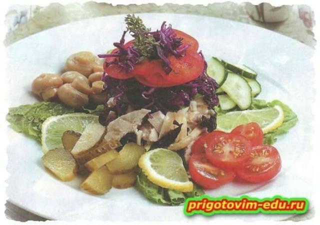 Салат с черносливом, кроликом и капустой