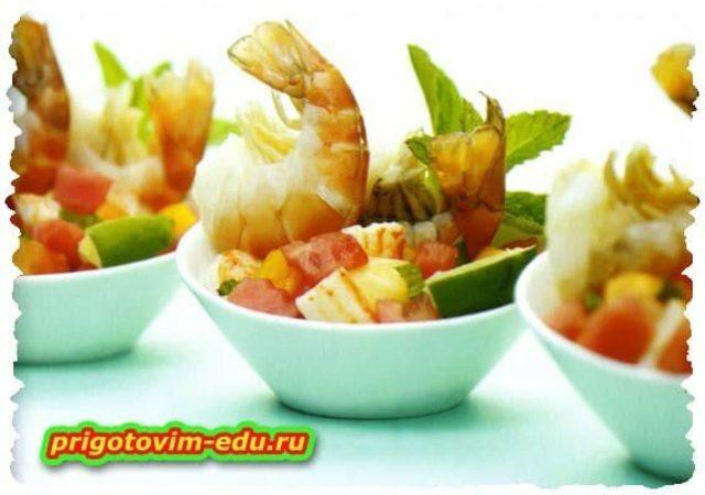 Салат с креветками и арбузом