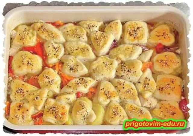 Жаренная курица с овощами и фигуркам из теста