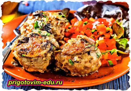 Фрикадельки с овощным салатом