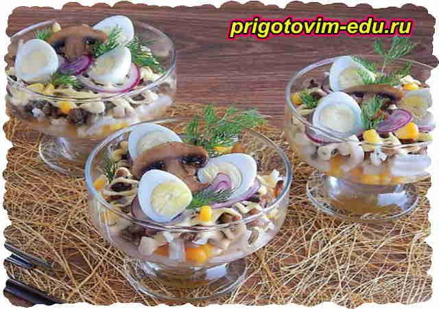 Салат из кальмаров с яйцами и грибами