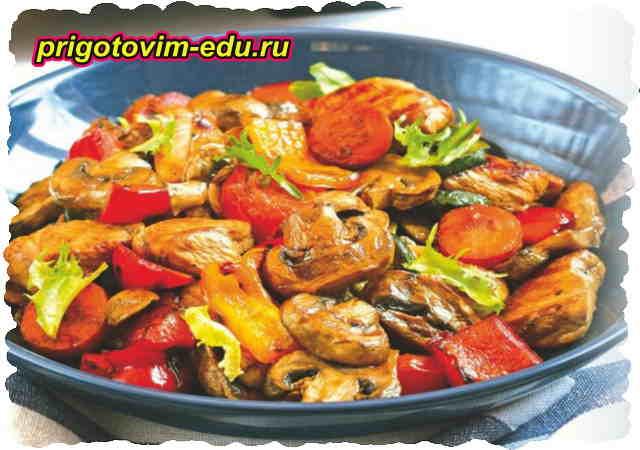Овощной салат гриль с курицей