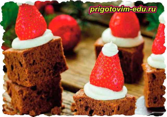 Шоколадный брауни с клубникой