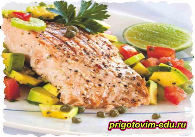 Жаренный лосось с соусом сальса