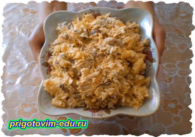 Салат с ананасами и грибами. Видео рецепт