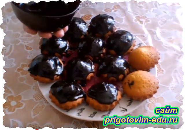Кексы на кефире с шоколадной глазурью и изюмом