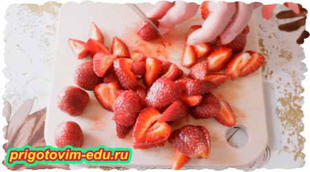 Как приготовить кексы на кефире с ягодами клубники 1