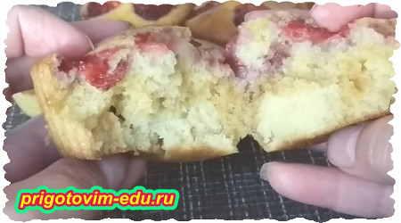 Как приготовить кексы на кефире с ягодами клубники 4
