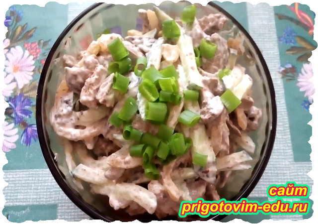 Салат из куриной печени с огурцом и луком
