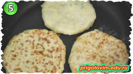 Как приготовить сырные лепешки на сковороде