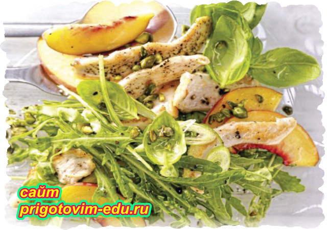 Салат из курицы с персиками и рукколой