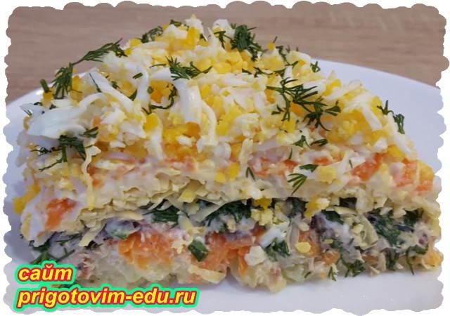 Слоеный салат из скумбрии с овощами