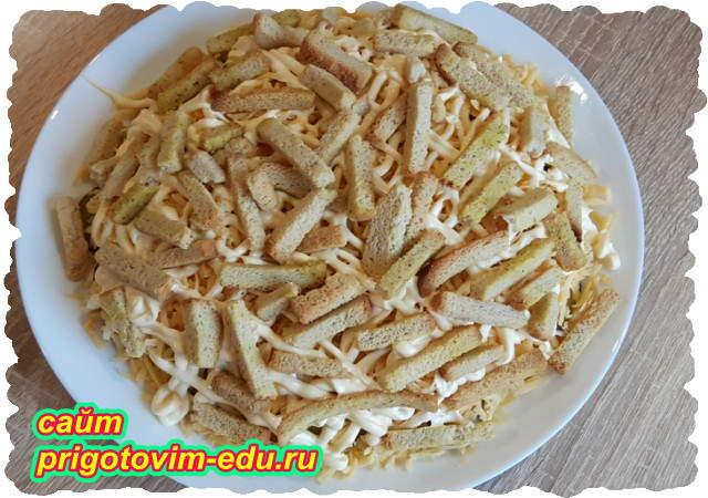 Слоеный салат со шпротами и сухариками