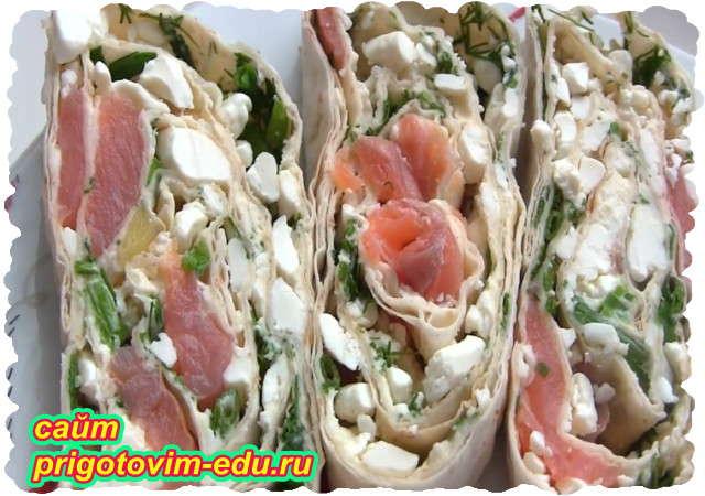 Закусочный рулет из лаваша с соленой красной рыбой и творогом