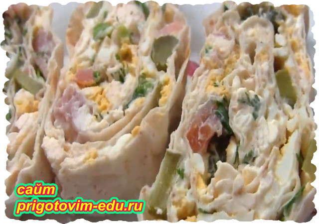 Закусочный рулет из лаваша с ветчиной и солеными огурцами с яйцом