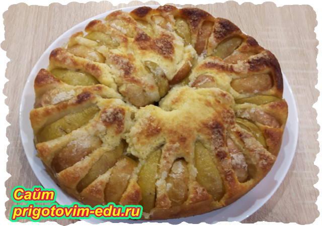 Пирог из дрожжевого теста с фруктами