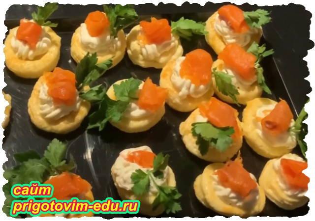 Тарталетки с сыром и красной соленой рыбой