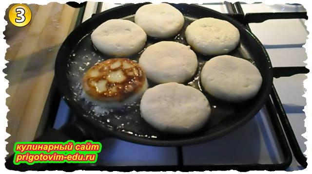Как приготовить классические сырники из творога с мукой на сковороде