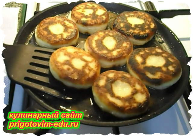 Классические сырники из творога приготовленные на сковороде