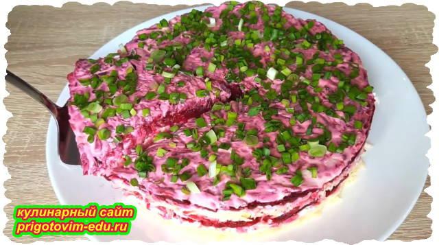 Слоёный салат из свёклы с сыром и яйцами