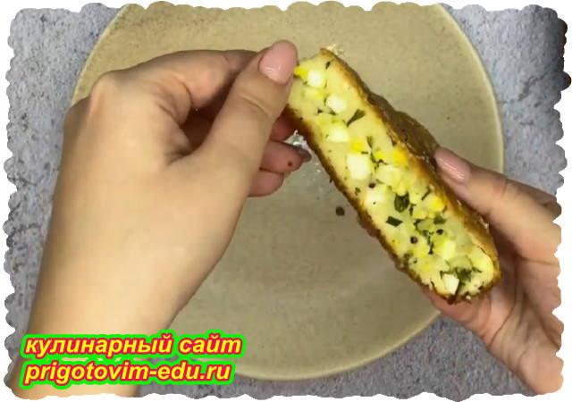 Заливной пирог на кефире с начинкой из яиц и зелени
