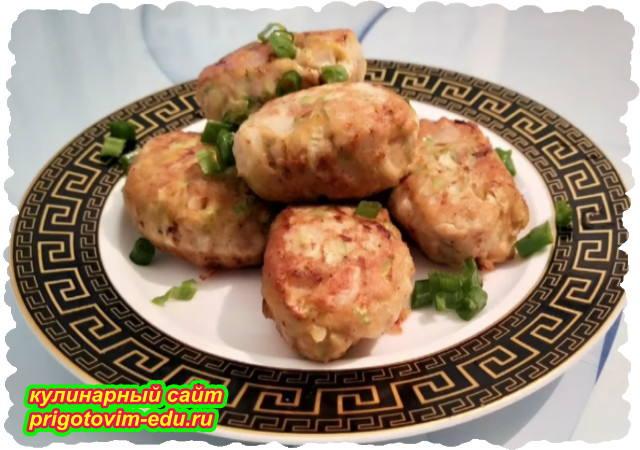 Котлеты из куриного филе с кабачками на сковороде