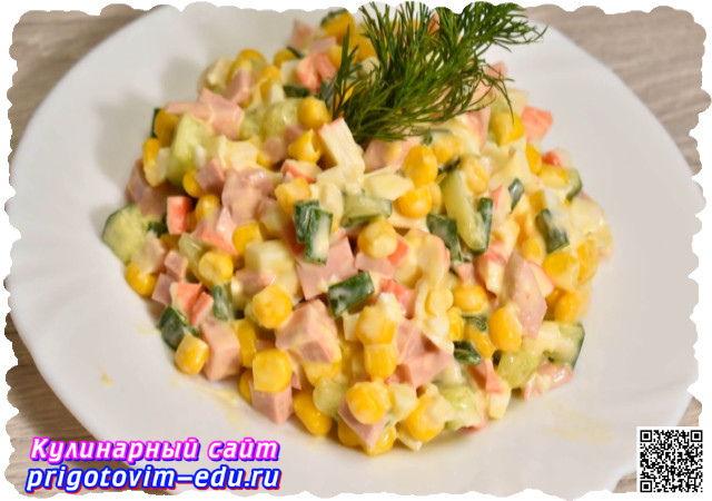 Салат из крабовых палочек с кукурузой и огурцом