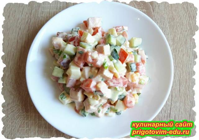 Салат из ветчины с помидорами, яйцами и огурцами