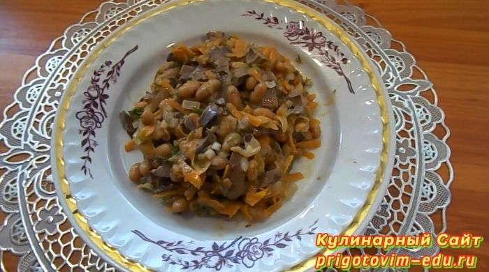 Салат из куриной печени и фасолью