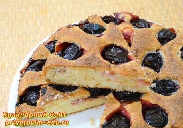 Пирог со сливами приготовленный в духовке
