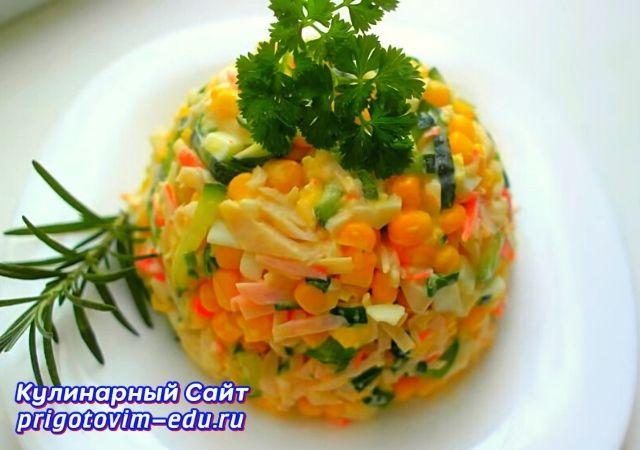 Крабовый салат с яйцом, кукурузой и сыром
