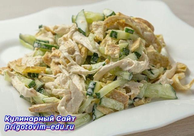 Салат с омлетными блинчиками и курицей