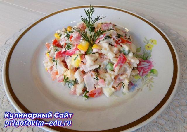 Салат из крабовых палочек с овощами и рисом