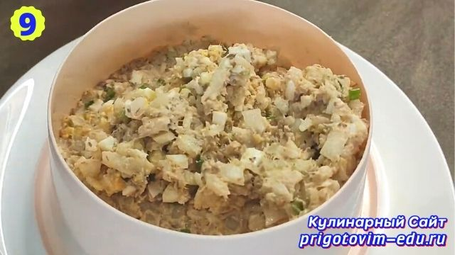 Рецепт приготовления салата из рыбных консервов с рисом и яйцом 9