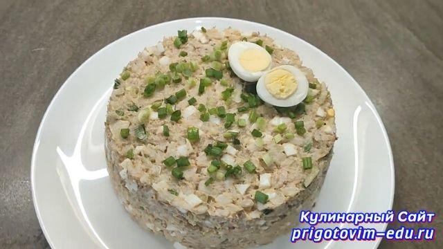 Рыбный салат из консервов с рисом и яйцом.